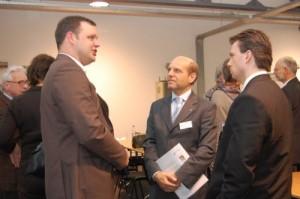 Gespräche im Umlauf der Veranstaltung (Foto: Dirk Langert, Vereinigte IKK Westfalen, Thomas Richter, Agentur für Arbeit und Steffen Raebel, Agentur für Arbeit, von links)
