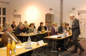 Gildenhaus Vorstand W. Arndt Bertelsmann moderiert die Veranstaltung und nimmt Fragen und Statements der Teilnehmer entgegen